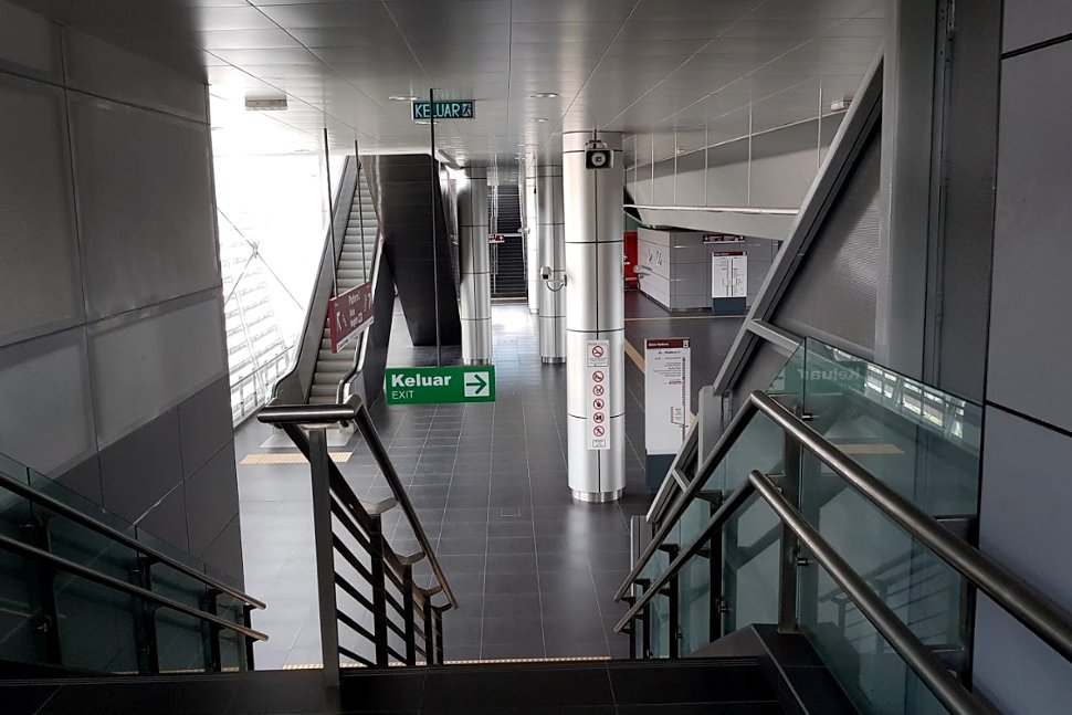 Escalator and staircase access to boarding level