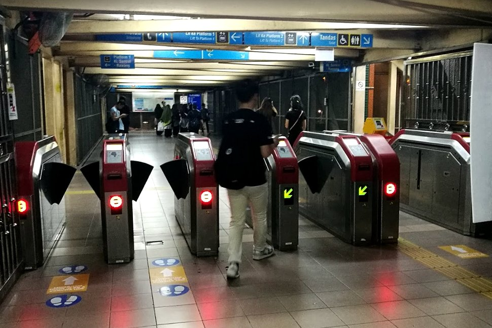 Fare gates to the boarding platform