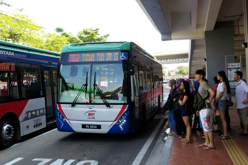 Commuters lining up for MRT feeder bus T812