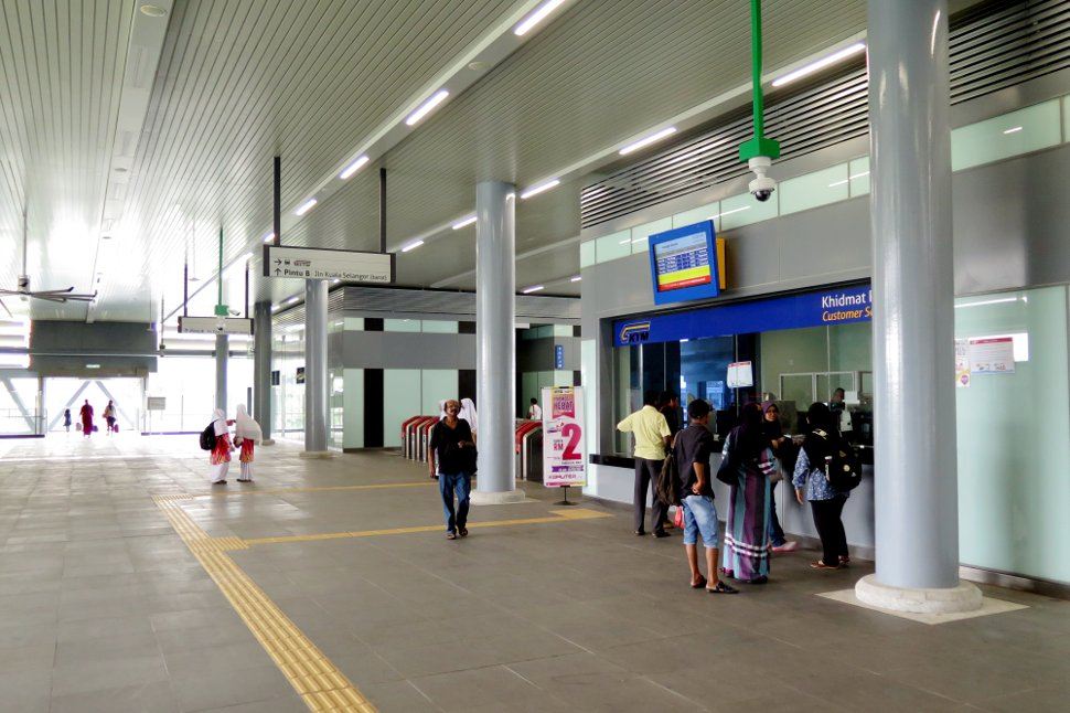 Concourse at level 2 for ticket purchase and entrance gates to KTM station