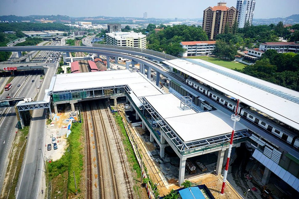 Aerial view of the pedestrian bridge connecting the Sungai Buloh KTM and MRT stations. (Apr 2016)