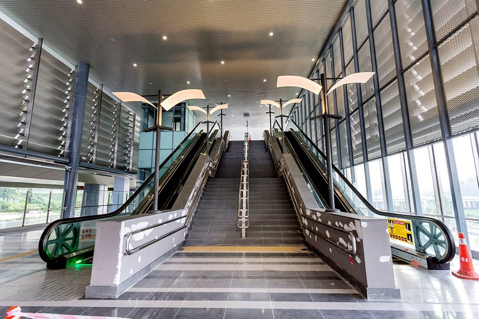 The escalators and stairs at the concourse level of the Sungai Buloh Station. (Dec 2016)