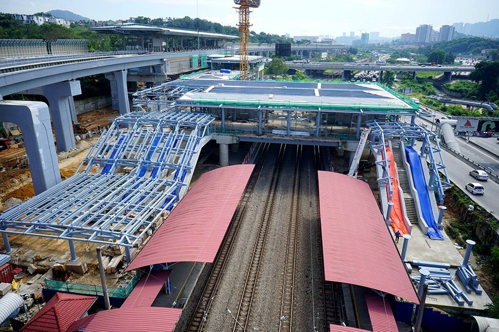 The common concourse of the Sungai Buloh KTM Station (red roof) and the Sungai Buloh MRT Station (left) taking shape. (Jan 2016)