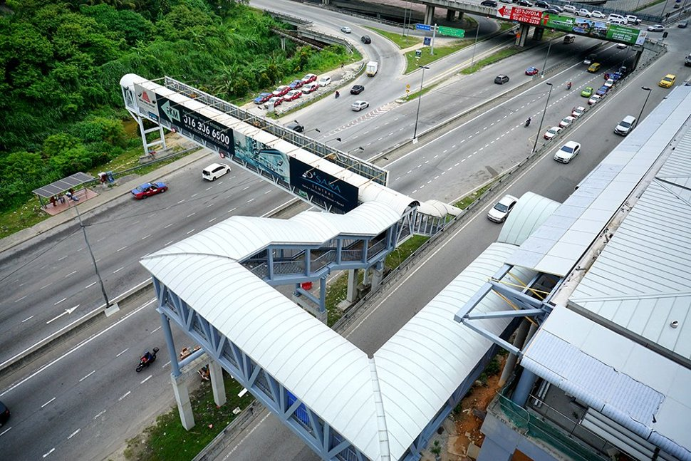 Aerial view of the pedestrian entrance bridge that leads towards the entrance of the Sungai Buloh Station. (Jun 2016)