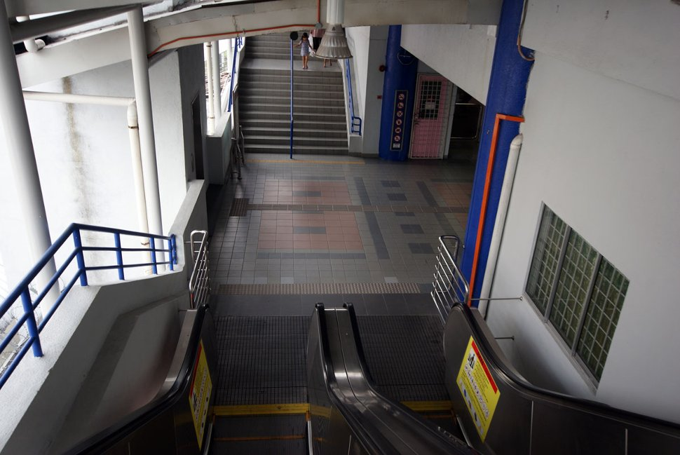 Staircase and escalators to concourse level