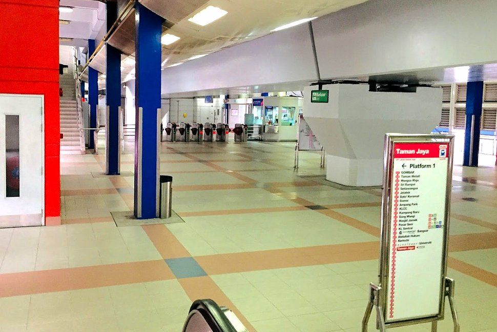 Concourse level at Taman Jaya LRT station